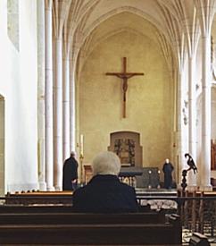 priant dans l'abbatiale